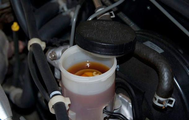 Kiểm tra dầu phanh